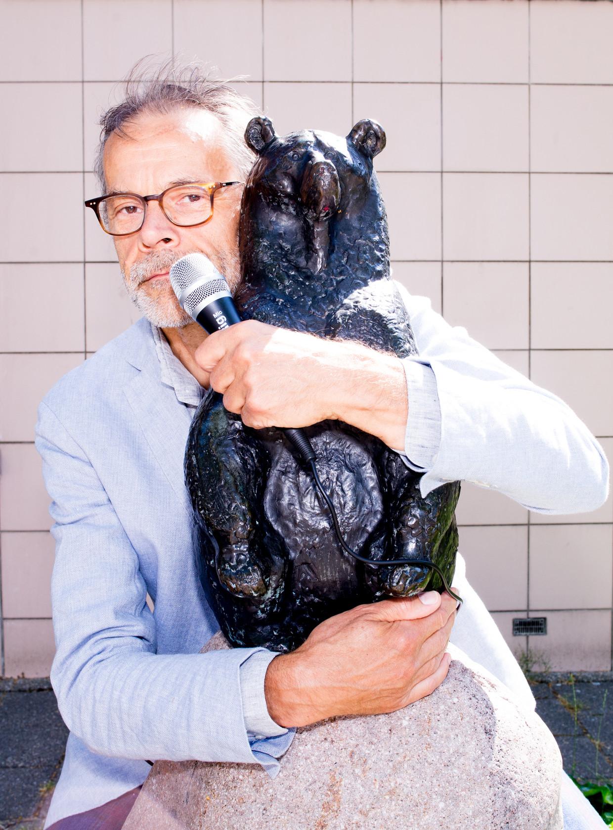 Beeldje van een beer van Arie Teeuwisse, Chris Lebeaustraat, Overtoomse veld. Beeld Marjolein van Damme