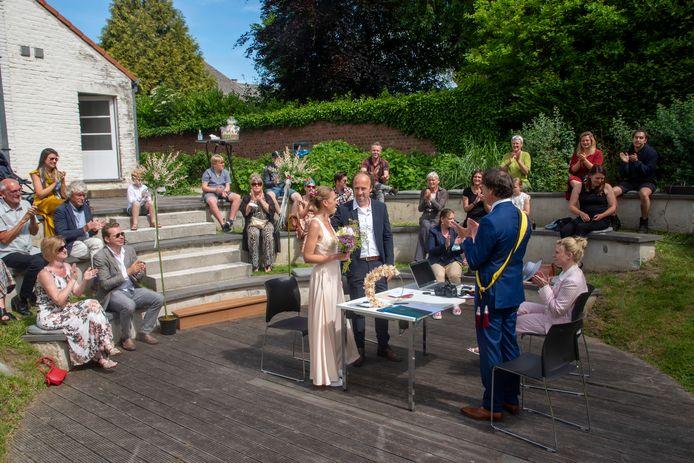 Nele en Thomas gaven elkaar het ja-woord in de prachtige tuin van het Erfgoedhuis in Moortsele.