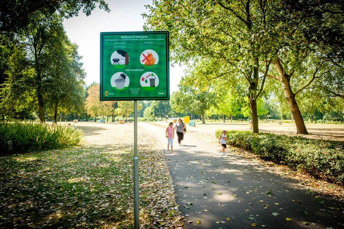 Het Beatrixpark op een zomerse dag.