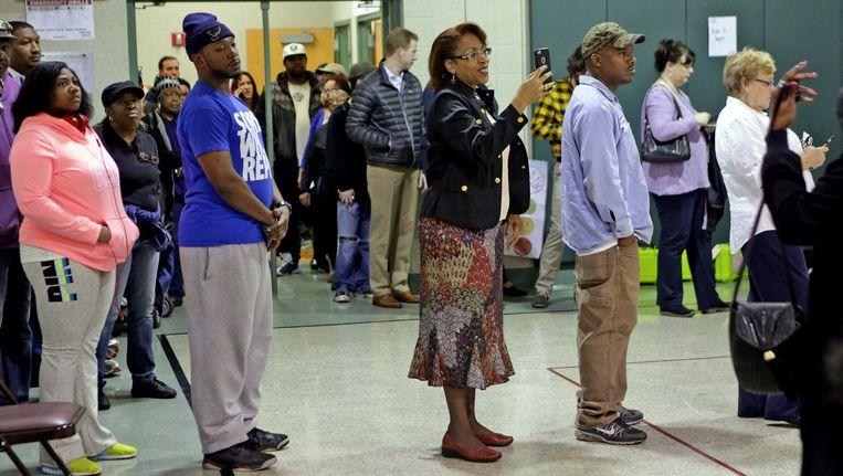 Amerikanen staan in de rij in een stemlokaal in St. Louis. Beeld Photo News