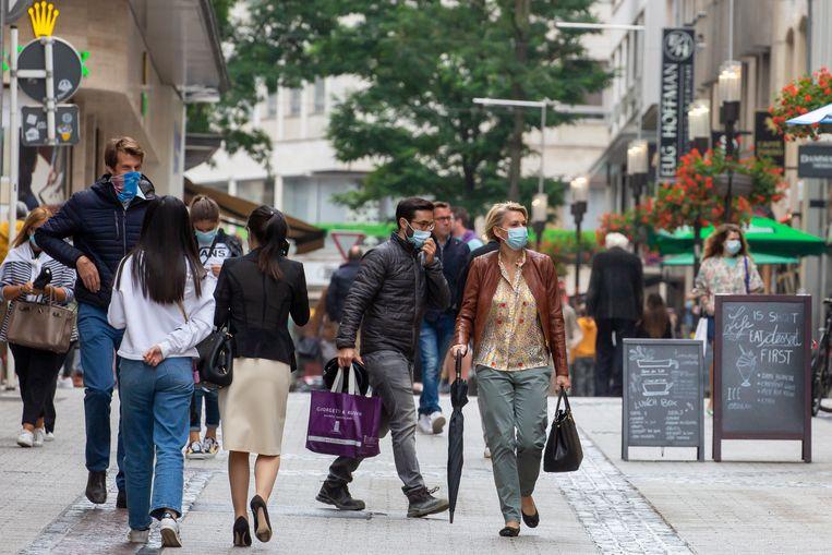 Voorzichtig winkelen met beperkte ruimte op terrassen in Luxemburg. Beeld EPA