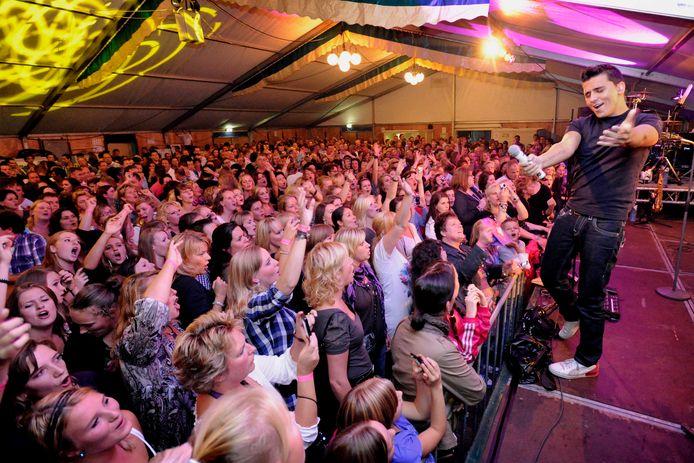 Kermis met Jan Smit op het op het podium in Oosterhout, elf jaar geleden. De Oosterhouters zouden in september graag weer een feestweek en kermis organiseren, maar of dat mag en lukt is nog een vraagteken.