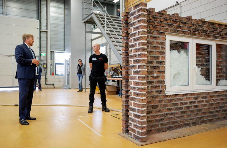 Koning Willem-Alexander tijdens een werkbezoek begin juni 2020 aan Nederland Isoleert in Amersfoort, om zich te laten informeren over de effecten van de coronacrisis op de energietransitie.  Beeld BrunoPress/Royal fotografie