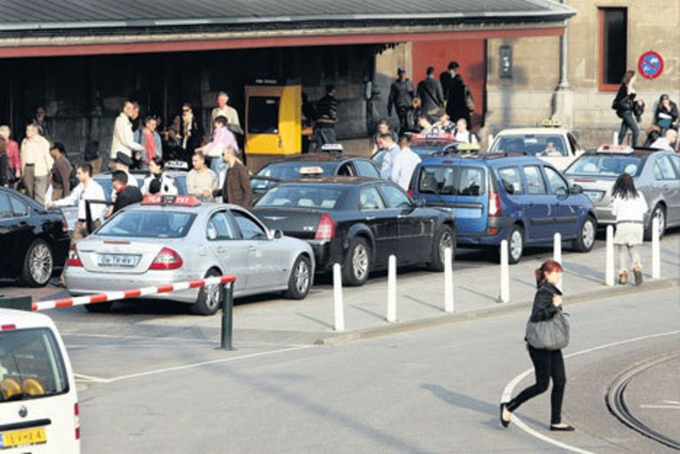 De taxistandplaats bij het Centraal Station. Hier mogen alleen maar taxi's komen met een kwaliteitskeurmerk, maar in de praktijk blijkt dat keurmerk hier niet veel om het lijf te hebben. Foto Het Parool Beeld