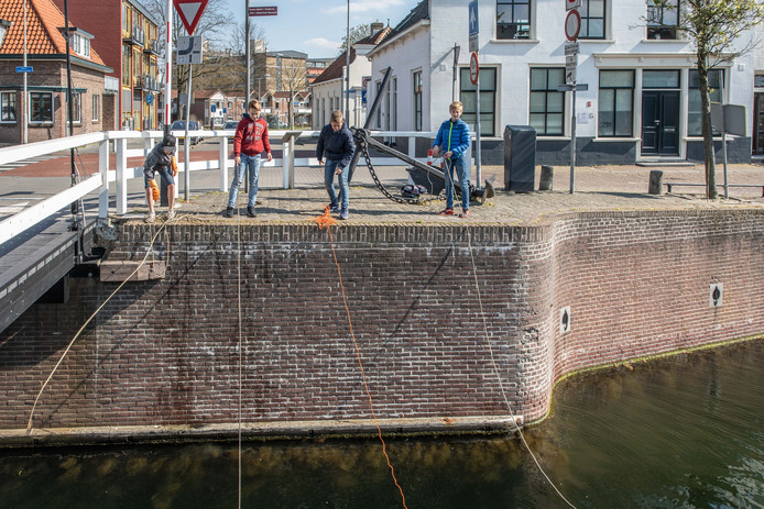 Jonah Gerling, Ruben Logger, Ivan Wondergem en Tygo Collet (vlnr) tijdens het magneetvissen in de Goese stadshaven.