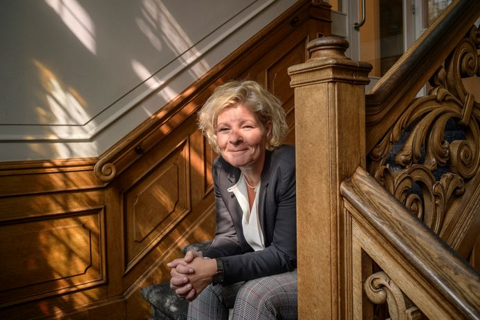 Maaike Bagchus, conrector van Luzac College in Enschede in  het trappenhuis van het pand  aan de Boddenkampsingel.