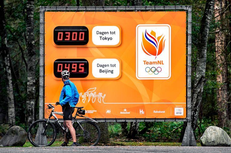 Een groot doek bij de ingang van het nationale sportcentrum Papendal geeft aan dat er nog 300 dagen naar de Olympische Zomerspelen in Tokyo te gaan zijn. Beeld Klaas Jan van der Weij