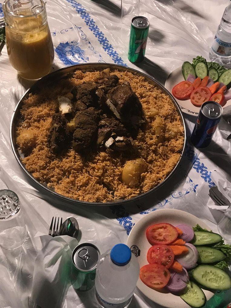 Sultan Bin Ali al Arada, gouverneur van Marib, ontvangt westerse journalisten met een copieuze maaltijd Beeld Ana van Es