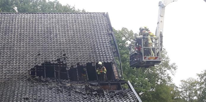 Het achterste deel van de woonboerderij vatte vanmiddag door nog onduidelijke reden vlam.