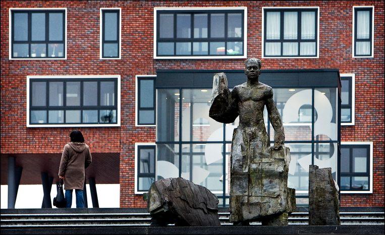 Het standbeeld van Anton de Kom in Zuidoost. Beeld Hollandse Hoogte /  ANP