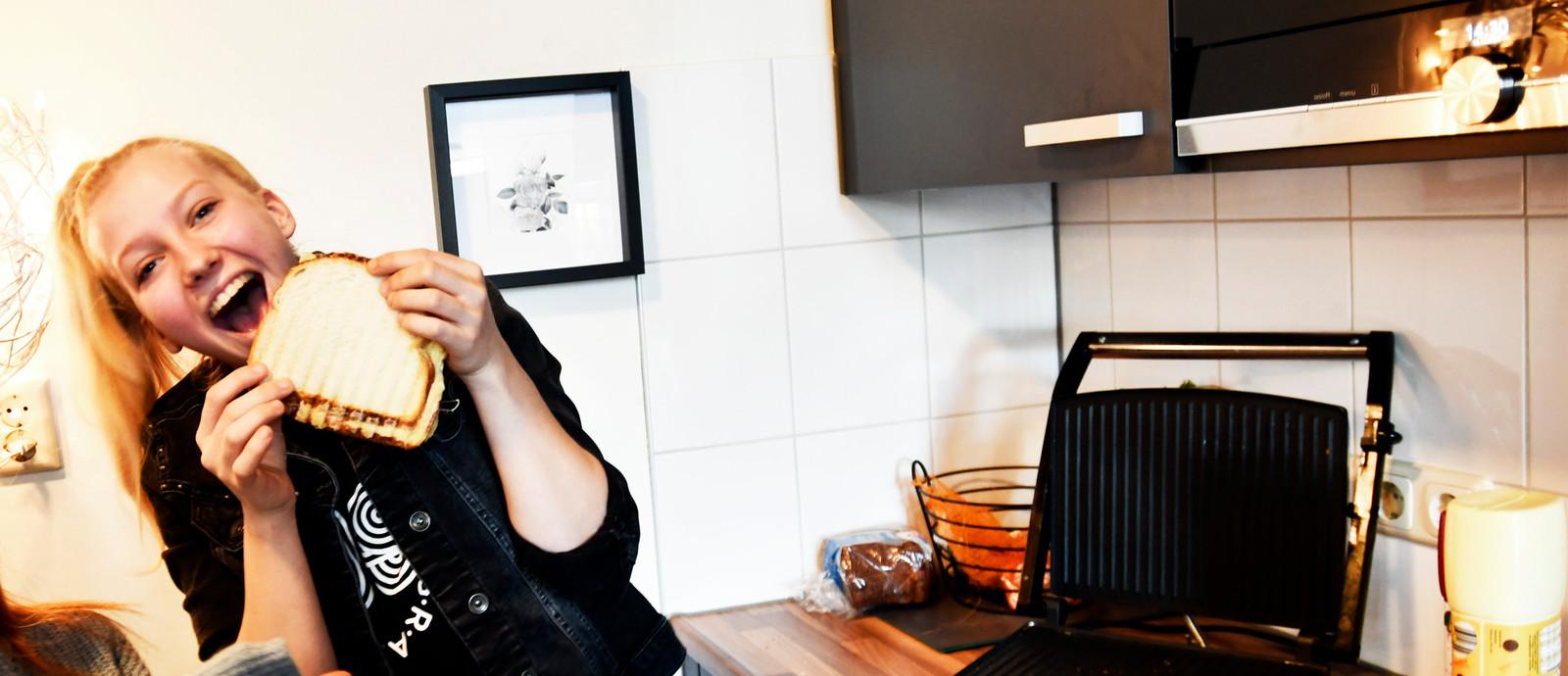 Kelly Zwiep in de keuken van het Fasehuis.