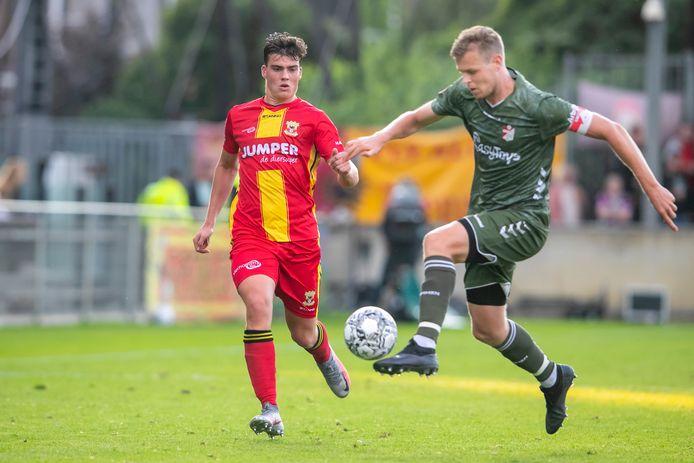 Olaf Kok (links), was één van de doelpuntenmakers in de met 2-1 gewonnen wedstrijd van Go Ahead Eagles O21 tegen AFC O21.