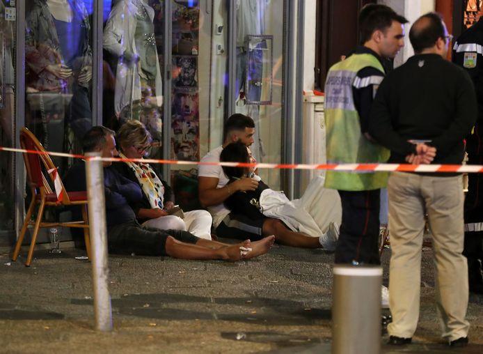 In totaal raakten twaalf mensen gewond op de Place Magenta in de voetgangerszone van Nice. Door de schoten raakten ze in paniek en bij het vluchten liepen ze vooral snijwonden op door gebroken glas.