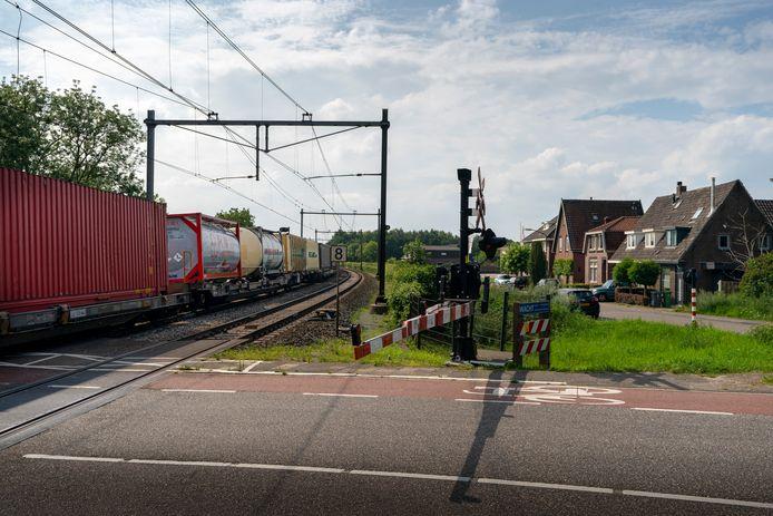 De oversteek van de Brugstraat naar Kalkheuvel en industriezone De Ladonk.