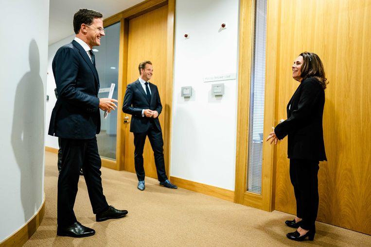 Premier Mark Rutte, minister Hugo de Jonge en gebarentolk Irma Sluis delen het volk mee wat het moet doen.  Beeld ANP