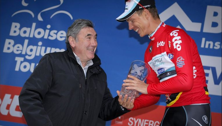 Eddy Merckx overhandigt een trofee aan nieuwe leider Tony Martin. Beeld PHOTO_NEWS