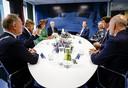 Willem-Alexander en Maxima laten zich bijpraten bij de bekende Deventer fabrikant van bedden- en matrassen Auping.