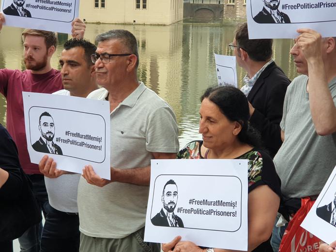 Ook de ouders van Murat Memis zijn aanwezig bij de demonstratie in Den Haag.