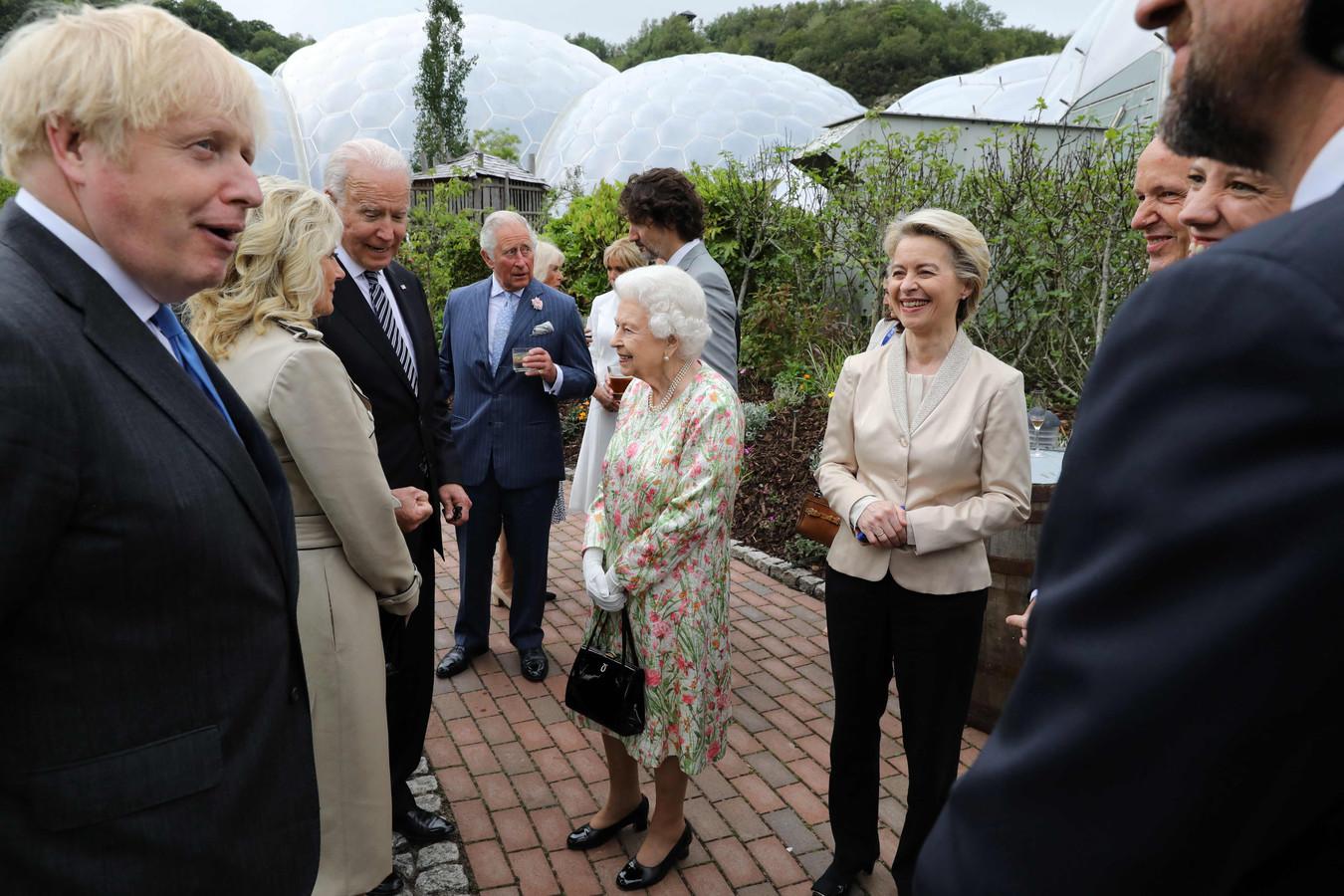 De Britse koningin Elizabeth (midden) in gesprek met Jill en Joe Biden. Uiterst links de Britse premier Boris Johnson, rechts naast Elizabeth Europese Commissie-voorzitter Ursula von der Leyen.
