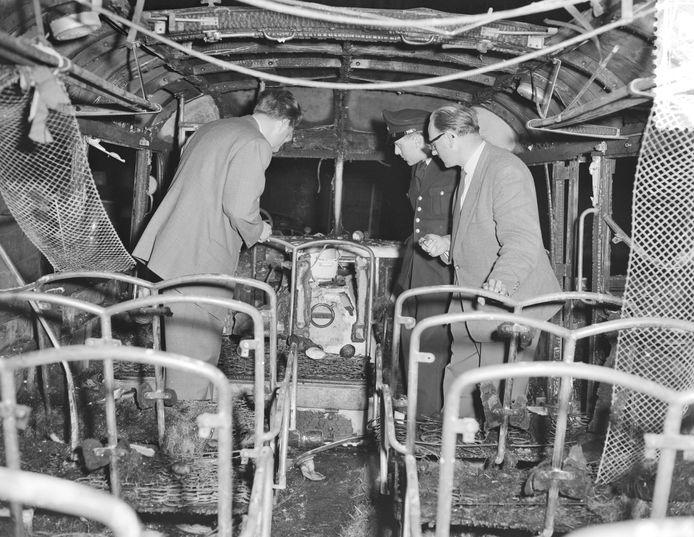 Beeld van het uitgebrande interieur van de bus, waarmee een jeugdkoor uit Den Ham op reis ging in 1955.