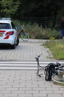 Jongetje gewond door val van moeders e-bike door bijna-botsing met auto in Ede