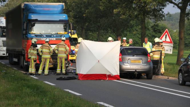 Man (58) overleden bij fatale botsing met vrachtwagen op N35 bij Mariënheem