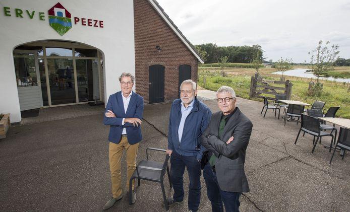 Henny Kuiphuis, vorig jaar bij de officiële opening van Erve Peeze aan de Doorbraak. Links watergraaf Stefan Kuks, rechts Jacob van Olst, directeur Landschap Overijssel die daar en depot heeft.