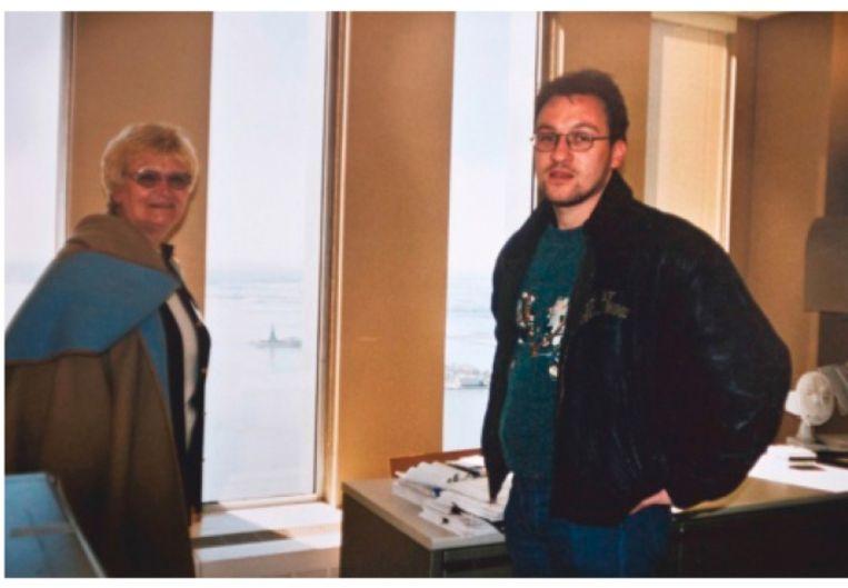 Patrice Braut met zijn moeder in zijn kantoor in de WTC-toren; in de verte is het Vrijheidsbeeld te zien. 'Ze hebben niks meer van hem teruggevonden, maar we geven de moed niet op. Ze zijn nog altijd bezig met de identificatie van honderden lichaamsdelen.' Beeld
