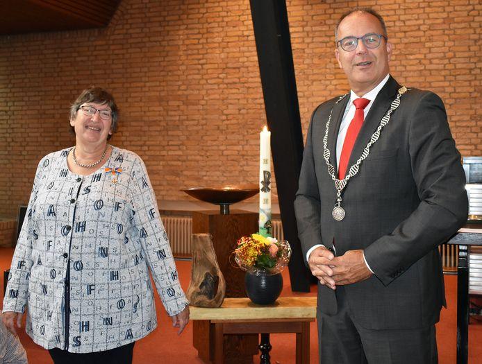 Burgemeester Jaap Paans reikt de koninklijke onderscheiding uit aan Bea van der Zouw-Nauta.