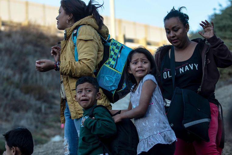 Migranten uit Centraal-Amerika nadat ze onderschept zijn door de grenspolitie van de VS. Onlangs werd duidelijk dat 545 kinderen die aan de grens gescheiden werden van hun ouders, nog steeds niet met hen herenigd zijn. Beeld AFP