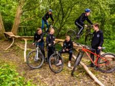 Deze jongens zorgen voor nieuwe attractie in Zwartewaal: 'Mountainbikers komen zelfs uit Utrecht'
