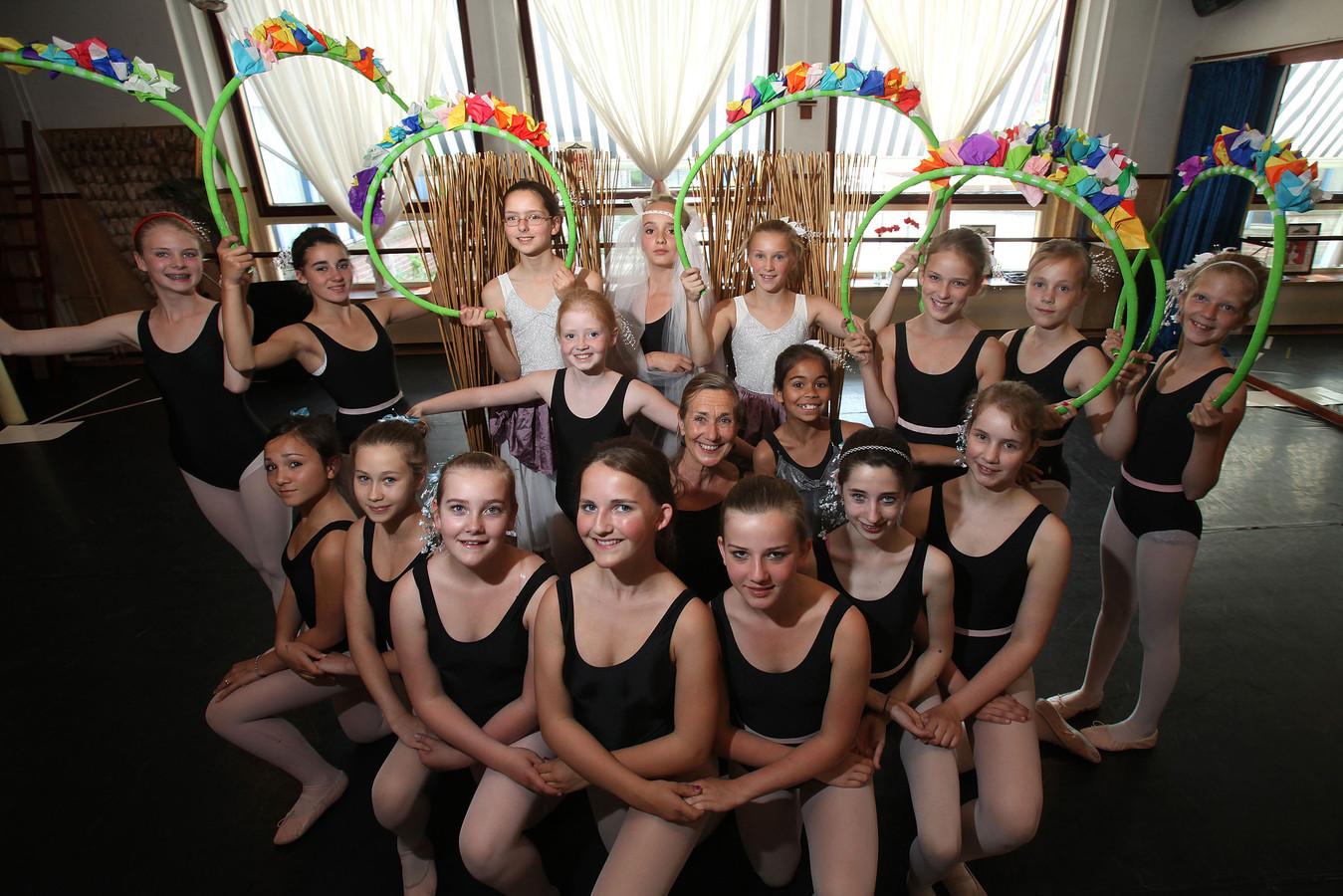 Dorry Langenberg, in het midden, omringd door een aantal van haar danseressen.
