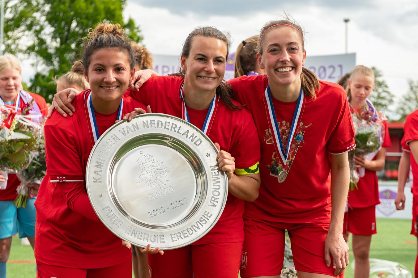Sabrine Ellouzi, Renate Jansen en Suzanne Giesen met de kampioensschaal van dit seizoen. De club wordt steeds professioneler.