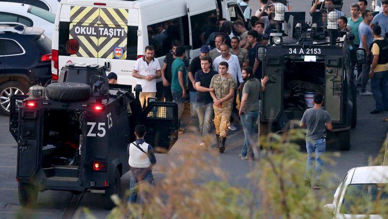 Opstandige militairen worden gearresteerd in Istanbul. Beeld EPA