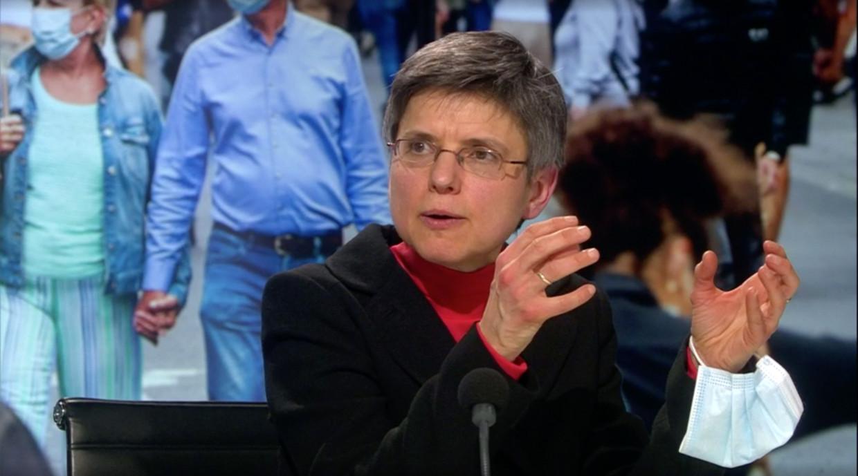 Cathy Berx droeg tijdens het debat in Terzake haar mondmasker dan maar aan de pols. Beeld vrt
