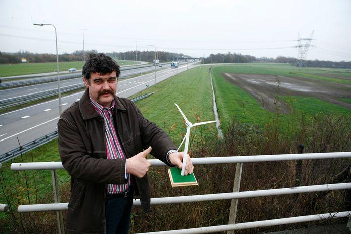 Jan van Werven, hier op archiefbeeld uit 2007, bij de plek waar hij nog steeds zijn windmolens wil bouwen.