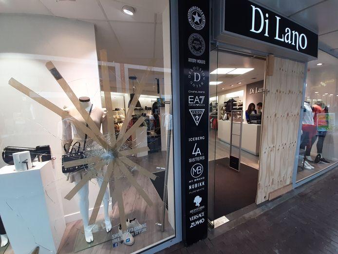 Opnieuw een inbraak bij Di Lano Fashion, de derde. In de nacht van maandag op dinsdag haalden kledingrovers 's nachts de schappen leeg.
