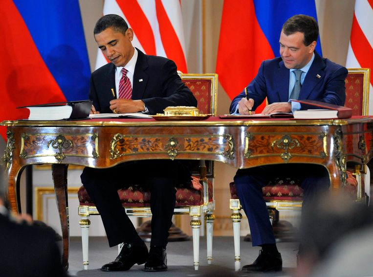 De toenmalige Amerikaanse en Russische presidenten, Barack Obama en Dmitry Medvedev, ondertekenen het kernwapenverdrag in Praag in 2010. Beeld AP
