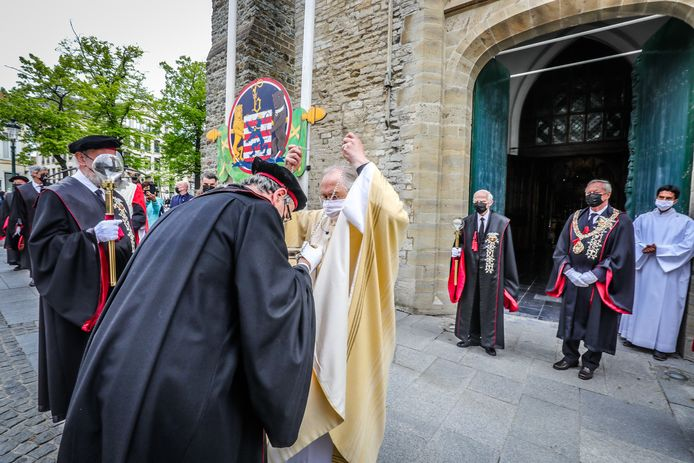 De Heilig Bloedprocessie vertrok in een uiterst ingekorte versie in Brugge, met mondmaskers.