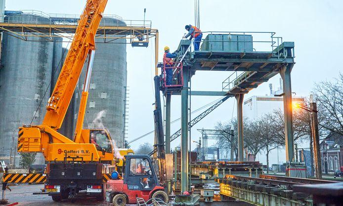 Medewerkers van museum SIEMei treffen samen met grootmaterieelspecialist Gaffert voorbereidingen voor het verplaatsen van de  oude spoorbrug van de Noordkade naar de Middegaal. Ze zijn bezig met het demonteren van het bovenste gedeelte.