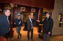 Joost Eerdmans (rechts) en Arjan de Kok (rechts-midden) na het overleg in hotel Van der Valk.