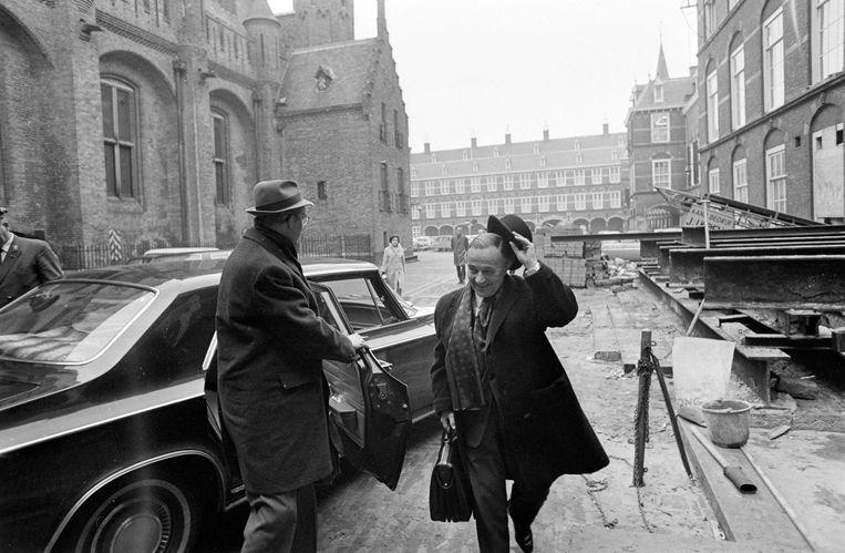 Premier Piet de Jong op het Binnenhof in 1969, hij neemt zijn hoed af voor minister Johan Witteveen van Financiën. Beeld ANP