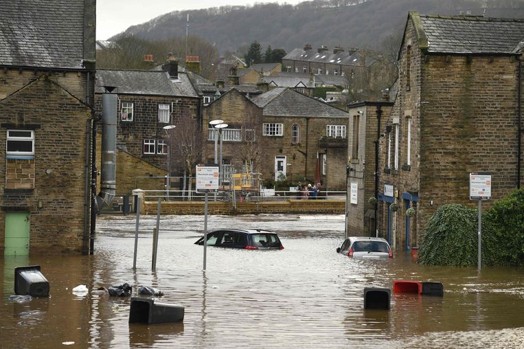 Overstroomde straten in Mytholmroyd, in Noord-Engeland. Beeld AFP
