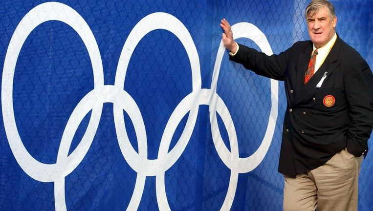 Het Nederlandse IOC-lid Anton Geesink leunt tegen de Olympische ringen. Geesink is op 76-jarige leeftijd overleden. Foto ANP Beeld