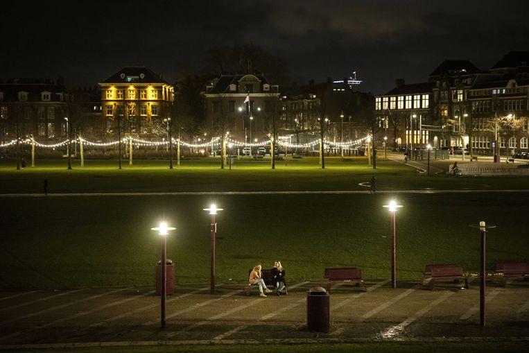 Een bijna leeg Museumplein in Amsterdam. De invoering van een avondklok ligt voor het kabinet als serieuze optie op tafel. Beeld ANP / Ramon van Flymen