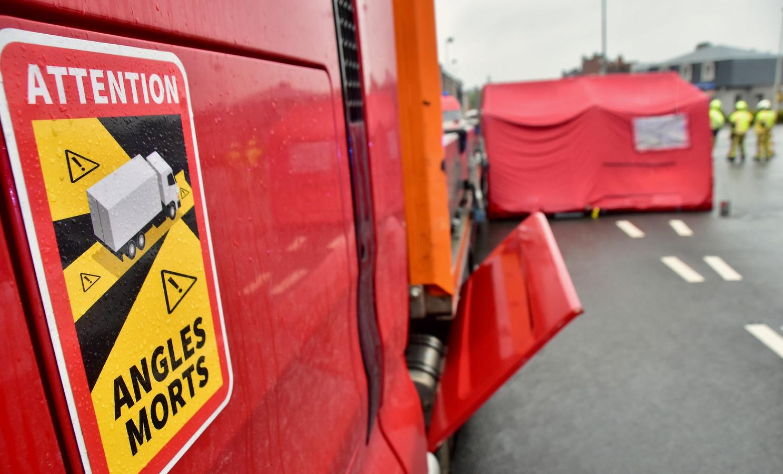 Bij een dodehoekongeval op de rotonde van de Bavikhoofsestraat met de Rijksweg in Harelbeke kwam een bromfietser om het leven.