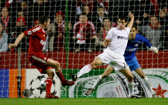Robbie Keane zet Liverpool op 2-0 tegen PSV in de groepsfase van de Champions League in 2008.