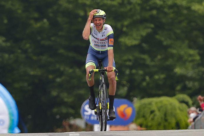 Taco van der Hoorn kan het niet geloven als hij solo over de finish komt.