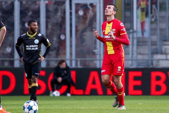 Antoine Rabillard van Go Ahead Eagles is blij met zijn eerste competitiedoelpunt.