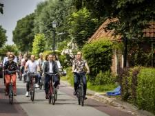 Enquêtecommissie fietst door aardbevingsgebied Groningen